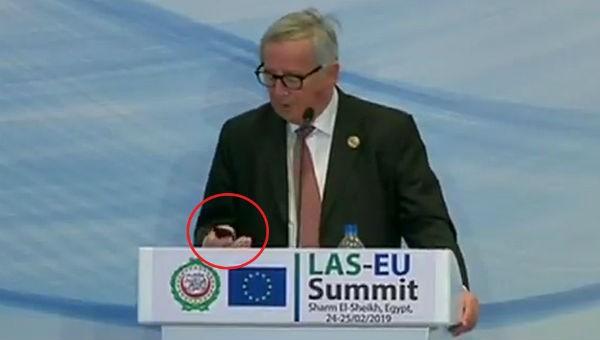 Đang họp báo, Chủ tịch Ủy ban châu Âu phải dừng lại… nghe điện thoại của vợ