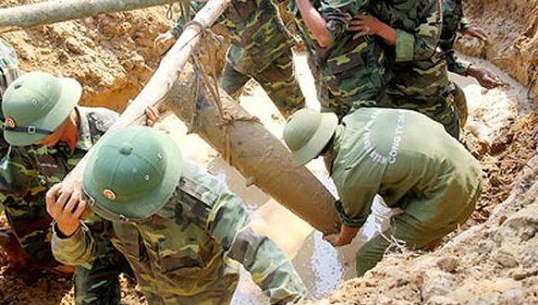 Nhận hơn 200 máy dò bom/mìn khắc phục hậu quả chiến tranh