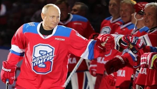 Tổng thống Nga Putin ngã nhào trên sân khúc côn cầu