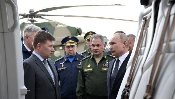 """Tổng thống Nga thị sát hoạt động nâng cấp """"máy bay ném bom mạnh nhất lịch sử"""""""