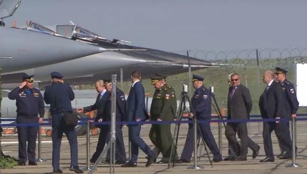 """6 chiếc S-57 hộ tống Tổng thống Putin thị sát máy bay mang tên lửa siêu thanh """"bất khả chiến bại"""""""