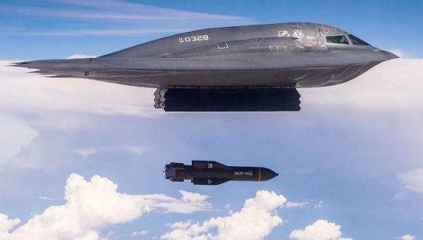 Máy bay tàng hình B-2 của Mỹ thả 2 bom siêu khủng 'mẹ của các loại bom'