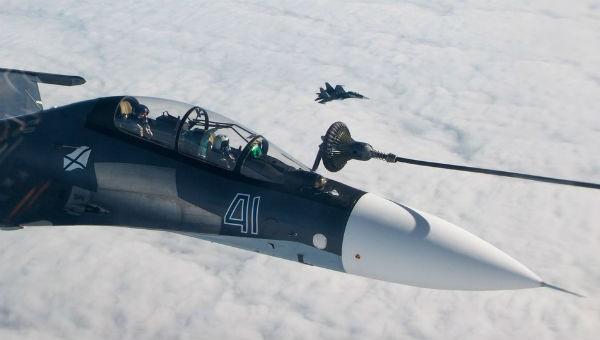 Hai máy bay chiến đấu Nga tiếp nhiên liệu đầy ngoạn mục giữa không trung