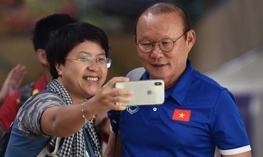 Tuyển thủ Việt Nam đội mưa rời sân bay về nước