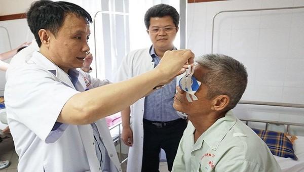 Người cựu chiến binh qua đời và quyết định trao lại ánh sáng cho 2 bệnh nhân mù lòa