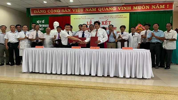 Bệnh viện Trung ương Huế ký kết biên bản ghi nhớ về việc hỗ trợ chuyển giao kỹ thuật với Trung tâm Y tế huyện Phong Điền