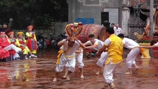 """Hấp dẫn màn """"lột rắn"""" tại lễ hội Trường Lâm"""