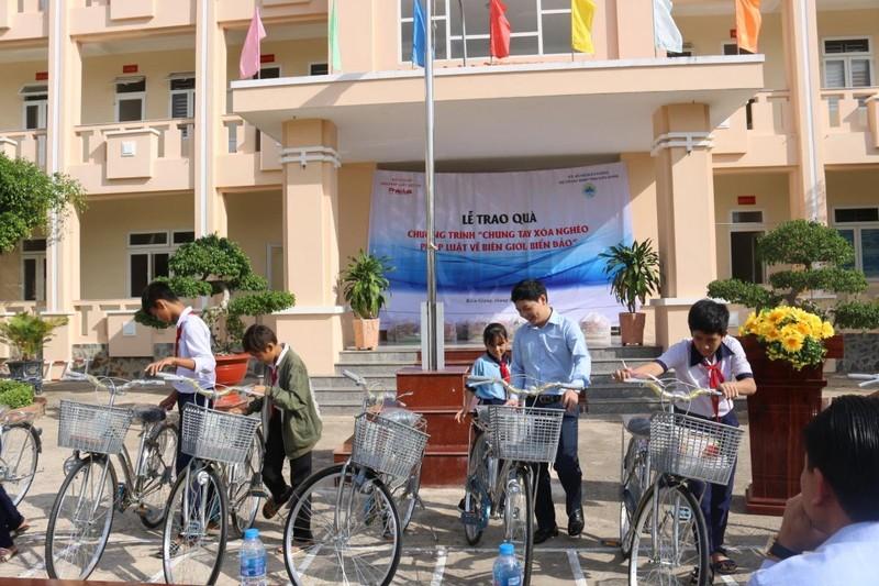 Sẻ chia ấm áp nghĩa tình của Báo Pháp luật Việt Nam với bà con nghèo huyện đảo Phú Quốc
