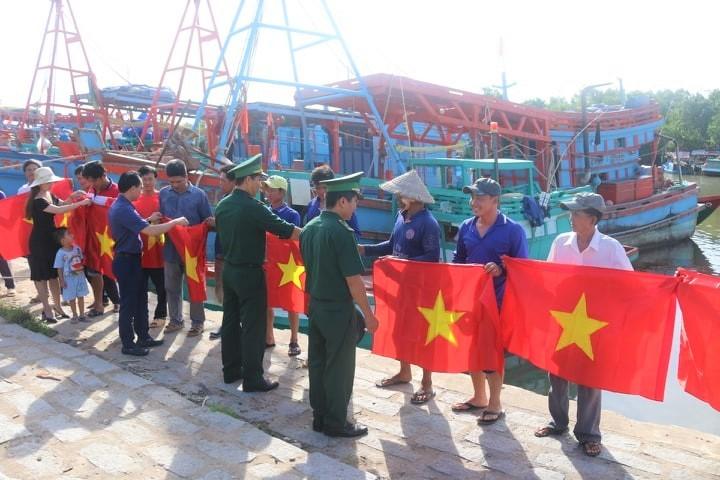 Thiêng liêng lá cờ đỏ sao vàng giữa trùng khơi ngư trường Tổ quốc