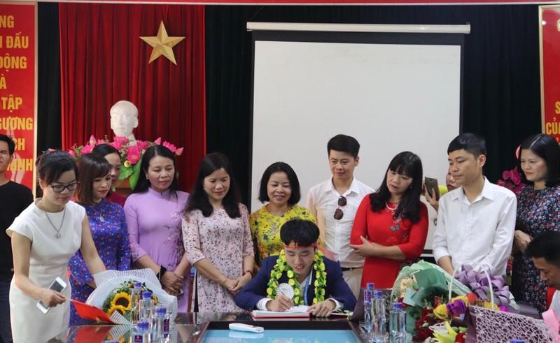 Vũ Hoàng Long ghi danh vào sổ lưu niệm của nhà trường