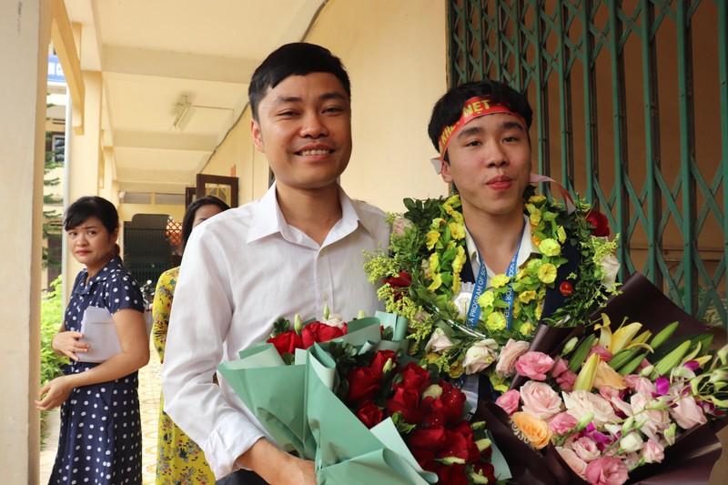 Thầy giáo hướng dẫn Vương Quang Trọng chia vui cùng học trò