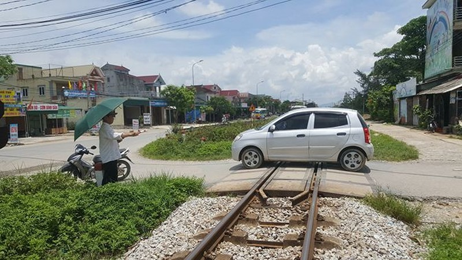 Người cựu binh 13 năm tự nguyện làm trạm barie gác đường tàu - Ảnh 2