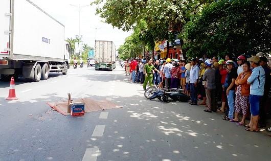 Container va chạm với xe máy cùng chiều, 1 người thiệt mạng