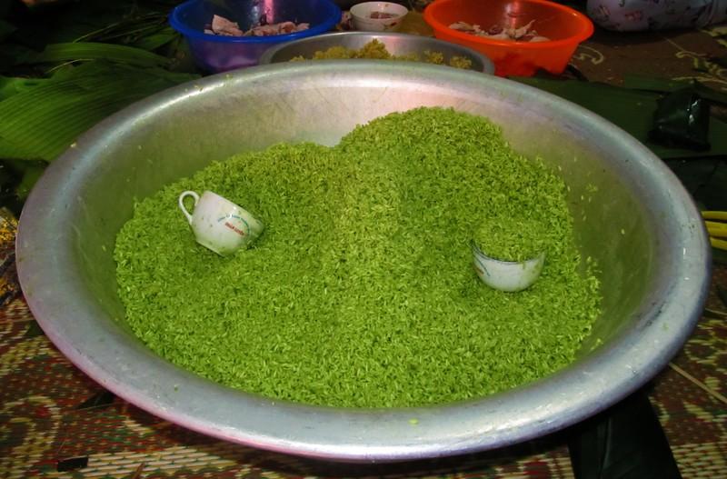 Nếp được trộn với nước lá rau ngót tạo màu xanh ngọc cho chiếc bánh