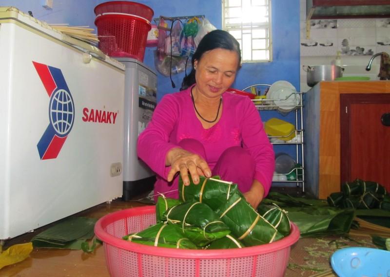 Những ngày cao điểm, lò bánh nhà bà Lê Thị Vinh dùng 2 – 3 tạ nếp gói các loại bánh tày, bánh tét mặt trăng