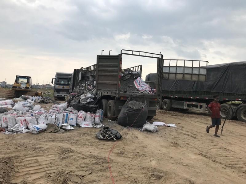 Tạm giữ 7 xe tải 'khủng' chở phế thải công nghiệp độc hại ở Bắc Ninh
