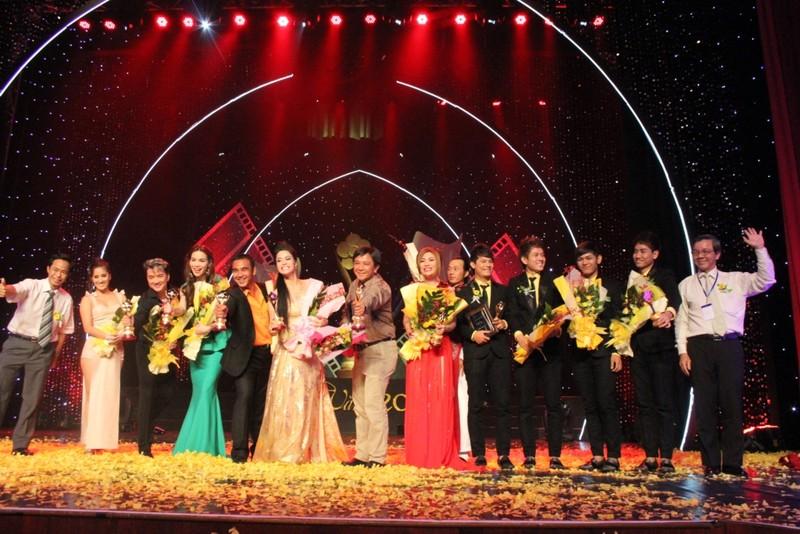 Các văn nghệ sĩ đoạt giải Mai vàng  năm 2011 cùng chụp hình kỷ niệm với Ban tổ chức vào cuối chương trình.