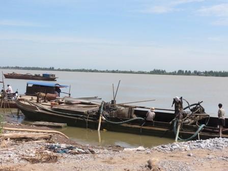 Hàng trăm lượt tàu không biển số ngang nhiên hút cát trái phép trên sông rồi bán ngay tại bãi cát ven bờ như thế này.
