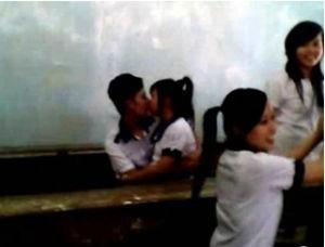 Nụ hôn học sinh ngay tại lớp học, mặc bạn bè vây quanh