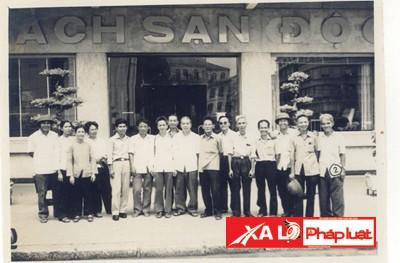 Chiến sĩ biệt động Nguyễn Thanh Xuân (Bảy Bê, người ngồi thứ 2 từ ngoài vào bên trái) là người trực tiếp đặt bom khách sạn Caravelle