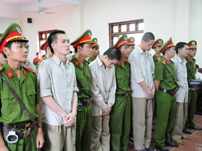 Các bị cáo đứng nghe HĐXX tuyên án.